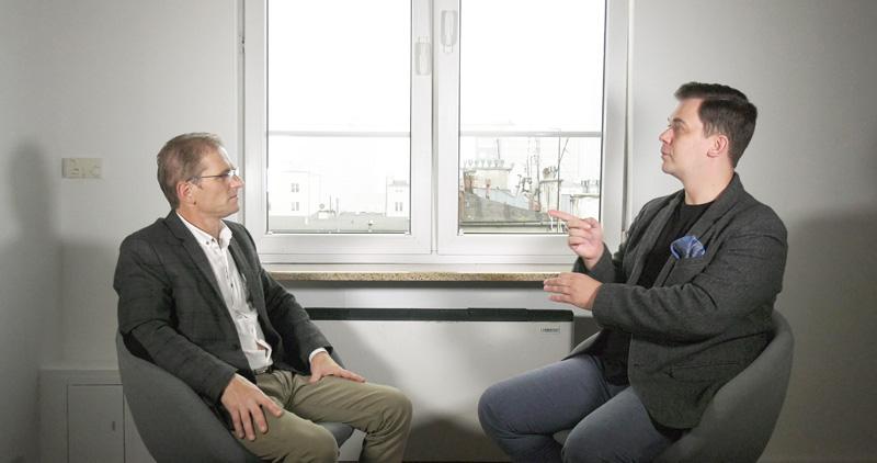Wywiad w języku migowym: Marek Kazubski i tłumacz języka migowego, Tomasz Smakowski.