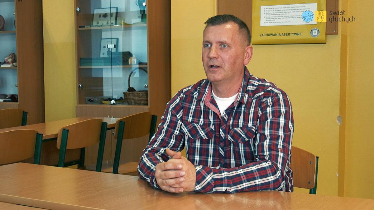 Piotr Płosa, niesłyszący absolwent szkół dla głuchych