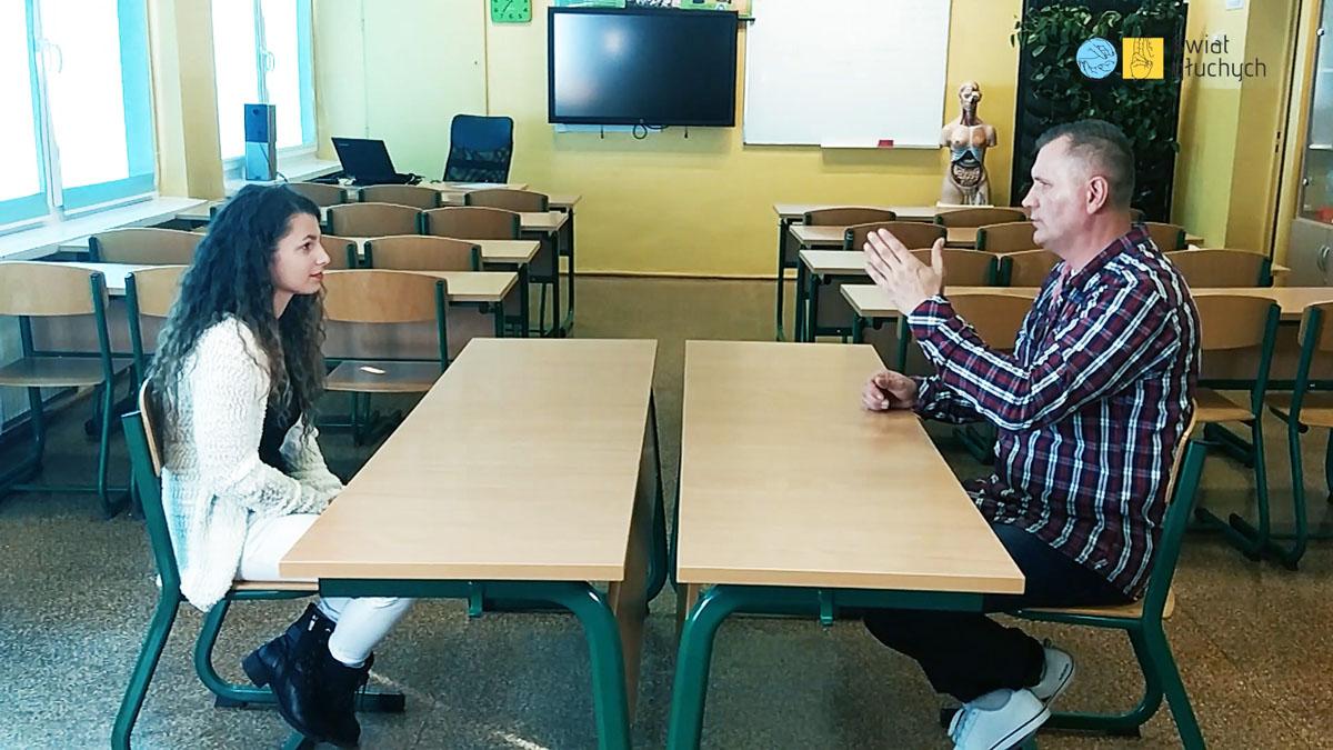 Joanna Huczyńska i Piotr Płosa opowiadają swoje doświadczenia ze szkół dla głuchych