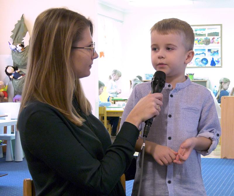 Język migowy w przedszkolu dla dzieci słyszących. Chłopiec Szymek opowiada, dlaczego uczy się języka migowego
