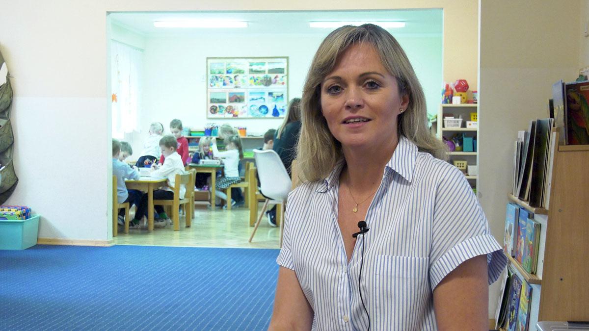 O korzyściach z nauki języka migowego przez dzieci słyszące opowiada nauczycielka z przedszkola, Krzysztofa Kantyka