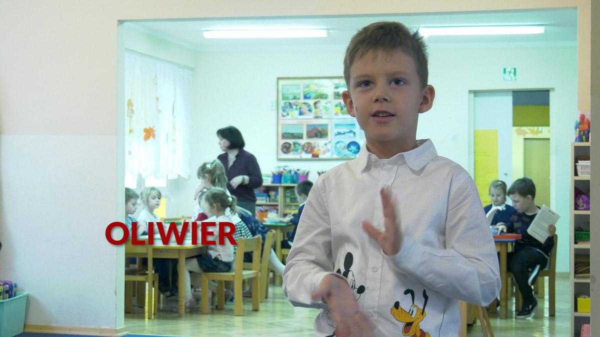 dzieci uczące się języka migowego w ramach zajęć w przedszkolu