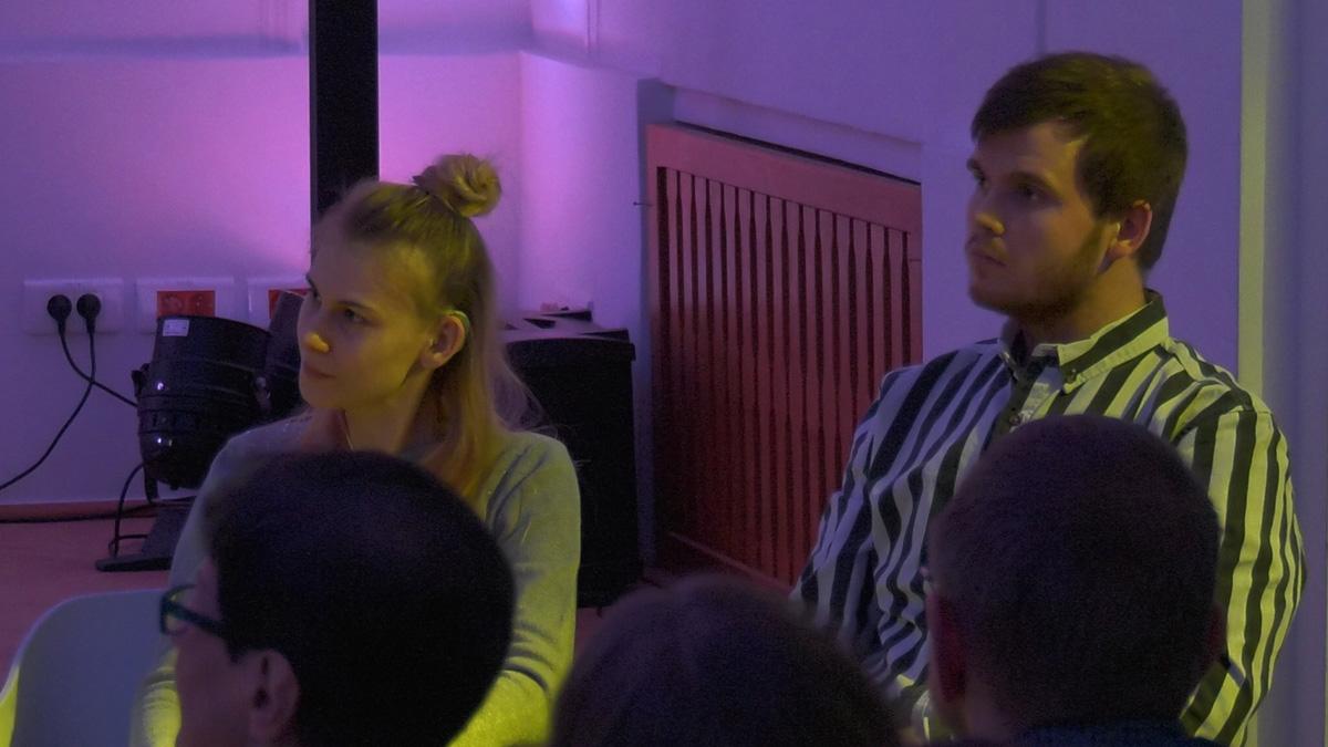 """""""Wojna w niebie"""" – spektakl osób głuchych i niedosłyszących. Na zdjęciu aktorzy Dominika Kozłowska, Krystian Maligłówka"""
