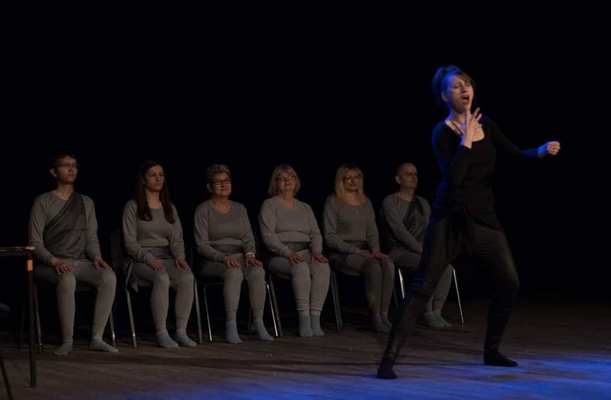niesłysząca Sandra Tofilm w czasie przedstaiwenia teatralnego