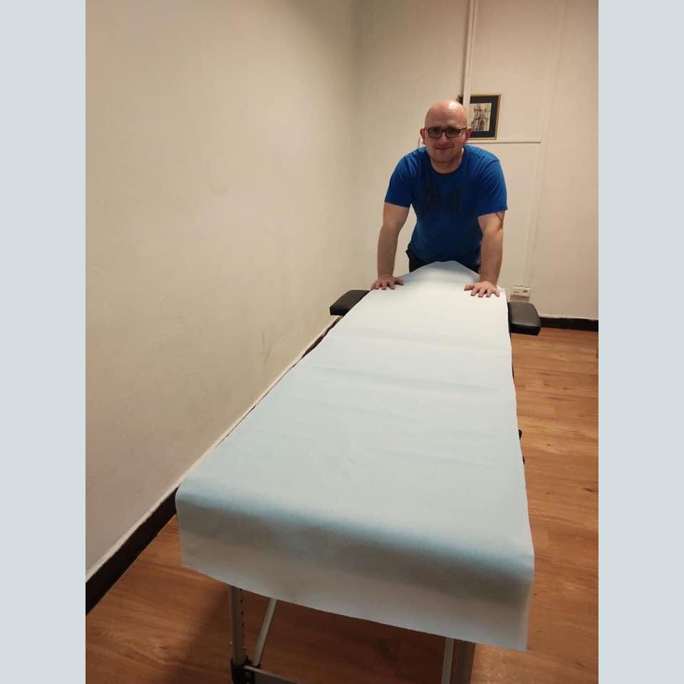Głusi z pasją #7, Piotr Wróbel przy łózku do masażu