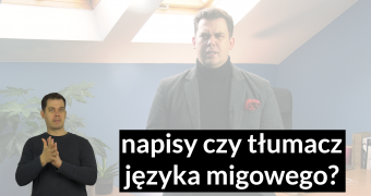grafika, w tle rozmazany obraz, na pierwszym planie na dole, po lewej stronie tłumacz jezyka migowego, Tomasz Smakowski, po prawej stronie na dole biały napis na czarnym tle:
