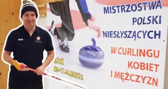 """Grafika. Po lewej stronie zdjęcie Tomasza Guminskiego, który trzyma w ręku szczotkę, używaną w curlingu. Po prawej zdjęcie plakatu z napisem: """"Mistrzostwa Polski Niesłyszących w Curlingu Kobiet i Mężczyzn, Łódź, 09-11.04.2021 r."""""""