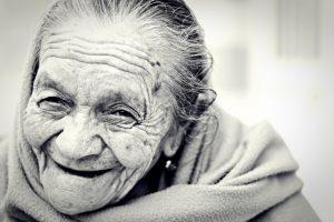 mimika twarzy starszej kobiety wskazuje na radość