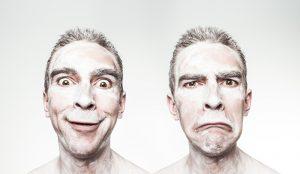 mimika twarzy mężczyzny wskazuje na zmiane nastroju