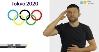 """Grafika: po lewej stronie napis: """"Tokyo 2020"""", poniżej kółka olimpijskie oraz napis """"Maciej Joniuk, Świat Głuchych"""". Po prawej stop-klatka z filmu z Maciejem Joniukiem oraz logo Świat Głuchych."""